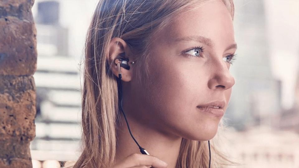 Fată blondă ascultând muzică în căști.