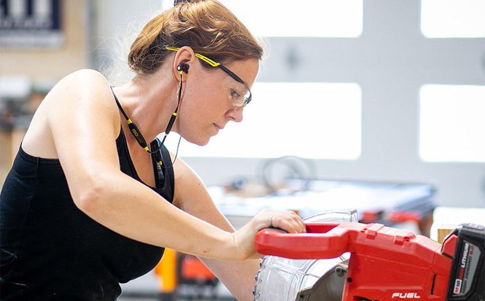 Femeie operand un aparat cu casti ISOtunes Xtra in urechi.