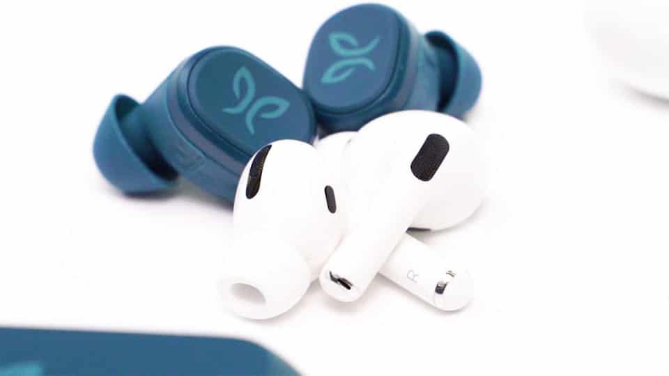 Casti Apple AirPods Pro albe si Jaybird Vista albastre.