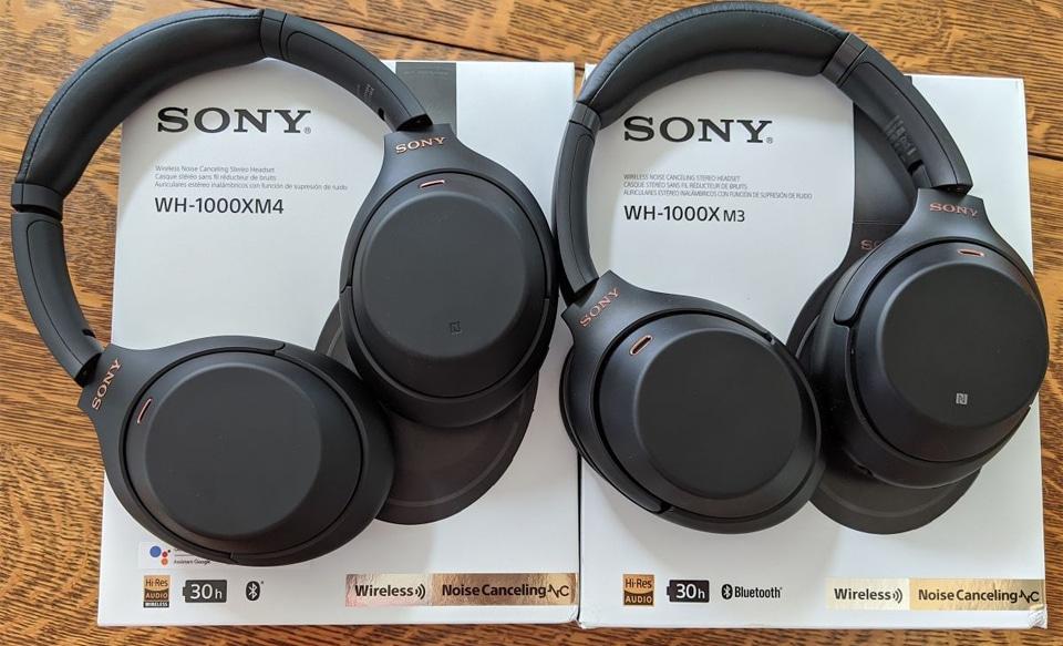 Cutii si casti Sony WH-1000XM4 si Sony WH-1000XM3.