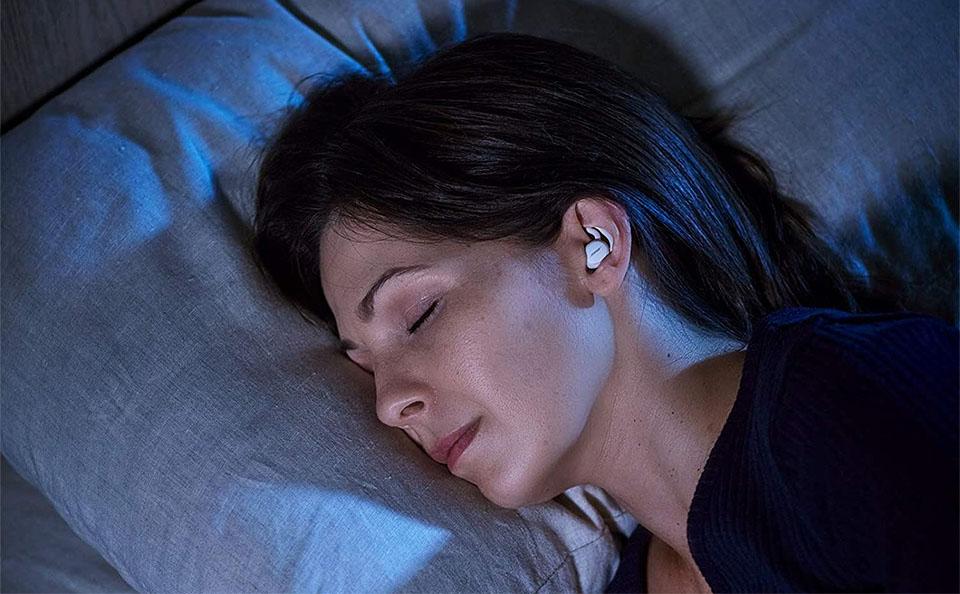 Fata dormind cu casti in ureche.