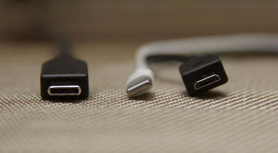 Cabluri cu mufe diferite, vazute de aproape.