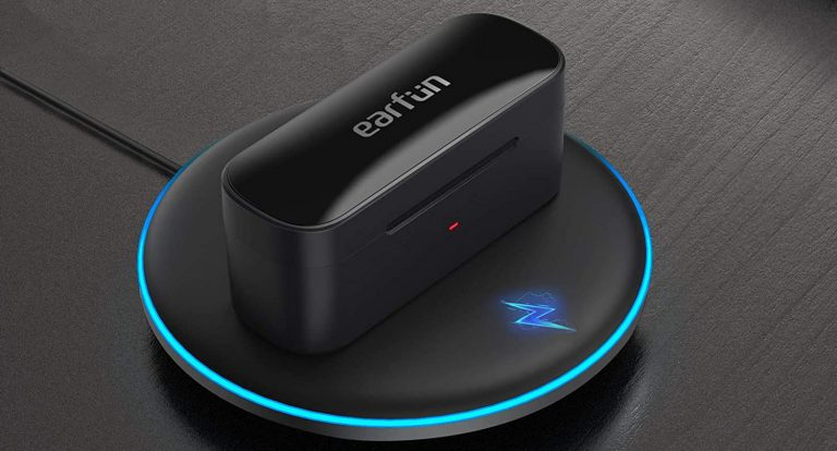 Carcasa casti EarFun Free Pro pe un incarcator wireless.