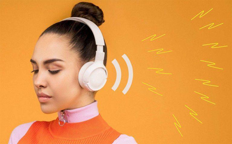 Fata cu casti pe urechi.