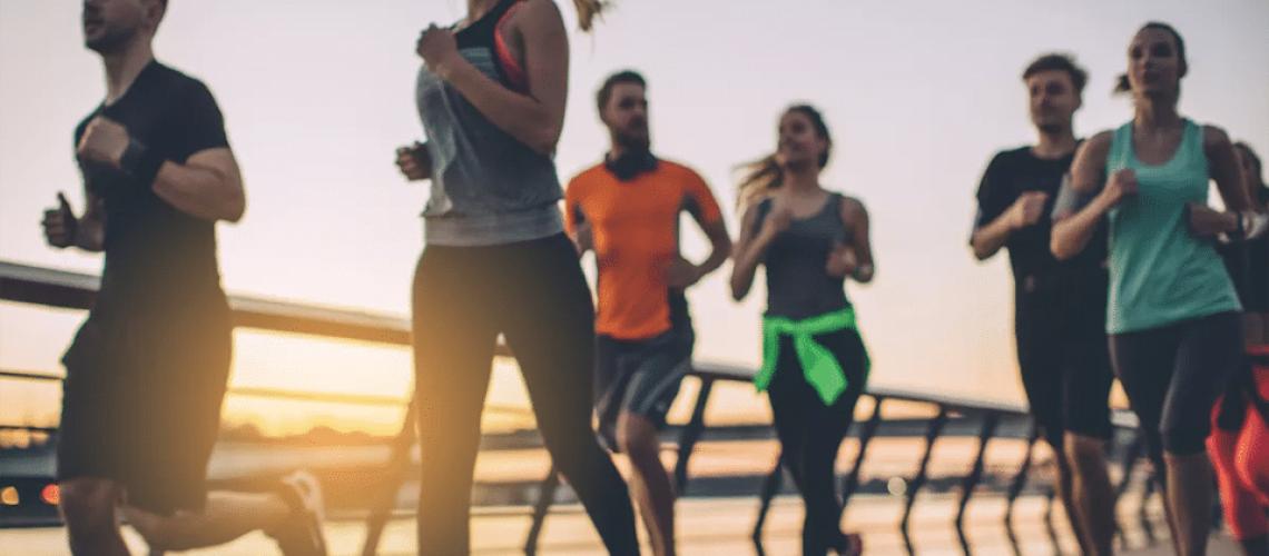 Mai multe persoane alergând împreună.