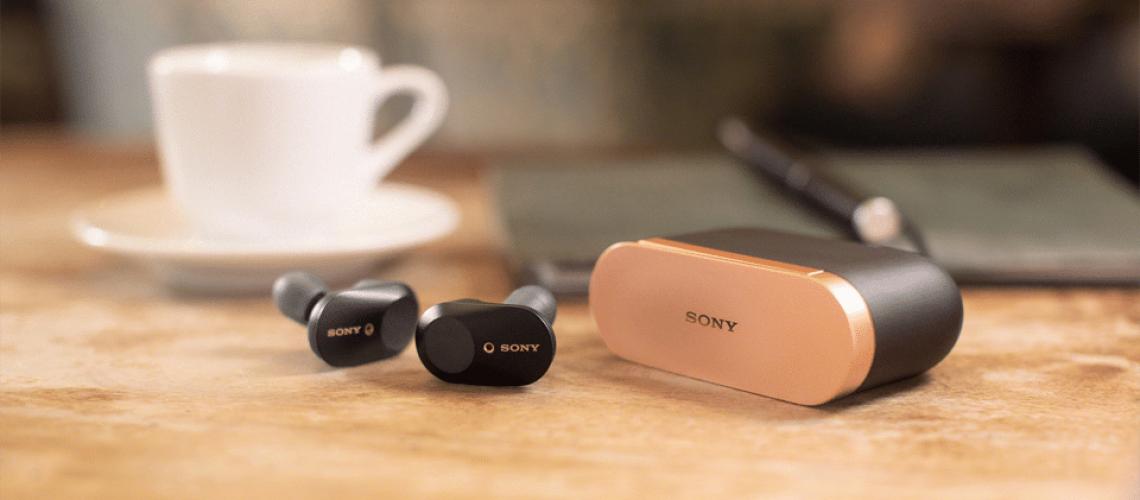 Cutie și căști Sony WF-1000XM3.